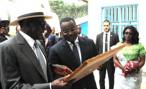 El Presidente inaugura una fábrica de cemento cola en Bata