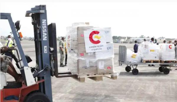 Llegada del cargamento medicinas y material sanitario a Bata.
