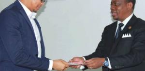 El Ministro de Cultura recibe al diseñador Lucas Nguema Escalada